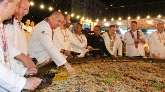 13 int'l chefs make 150kg banh xeo at Da Nang food festival